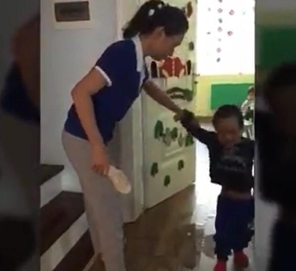 Cô giáo với chiếc dép lăm lăm trong tay. (ảnh: TL)