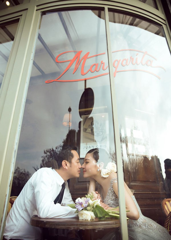 Cặp đôi có hình ảnh cưới lãng mạn tại Paris, Pháp. Ảnh Lê Thiện Viễn