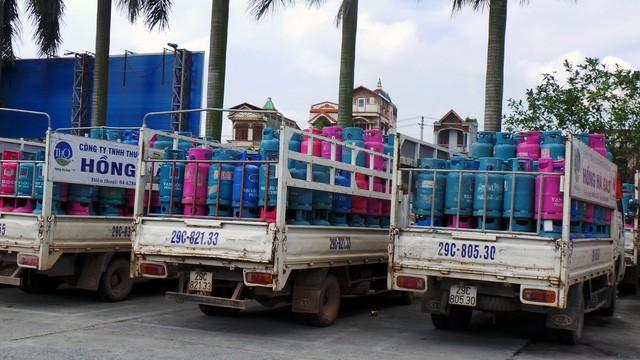 Các vỏ bình gas của Tập đoàn Gas Vạn Lộc được chất trên thùng xe tải mang thương hiệu Hồng Hà Gas của Cty TNHH Thương mại Trần Hồng Quân. Ảnh: HC