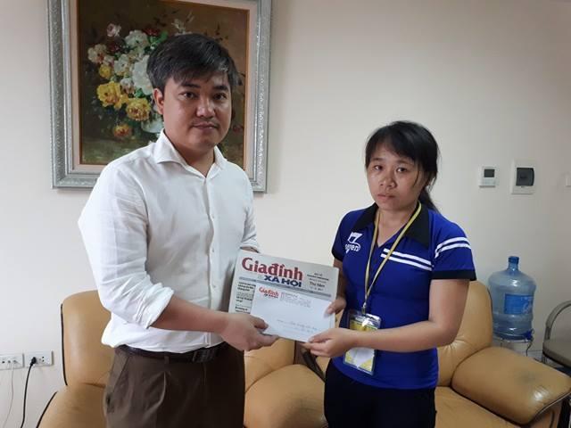 Ông Trần Tuấn Linh trao tiếp tiền bạn đọc ủng hộ cho bé Dũng tới mẹ cháu. Ảnh PT