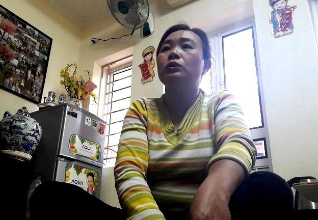 Vợ của lái xe Tuấn kể lại sự việc với phụ huynh học sinh Kiên. Ảnh C.Dũng
