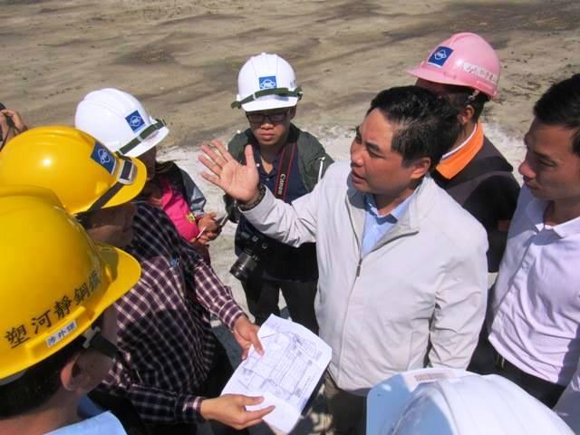 Ông Hoàng Thanh Tùng - Phó Ban quản lý khu kinh tế tỉnh Hà Tĩnh khẳng định không có một cống xả thải nào tương tự, hoặc giống với cống xả chất thải màu đỏ trong đoạn clip đang lan truyền trên mạng xã hội. Ảnh: K.H