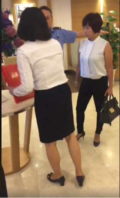 Người phụ nữ bức xúc với cách giải quyết của nhân viên bảo hiểm Prudential. Ảnh cắt từ clip.