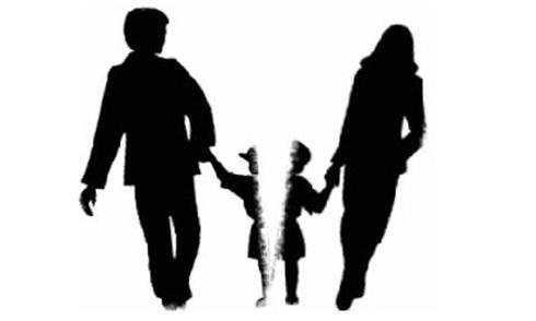 Theo chị H, chỉ vì một lần chị từ chối cho con đi chơi cùng chồng cũ vì con chị đang ốm mà toà án ra phán quyết tước quyền nuôi con của chị. Ảnh minh hoạ