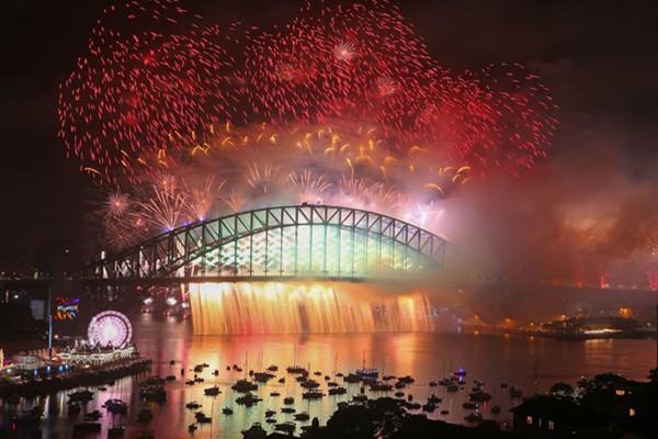 Màn bắn pháo hoa tuyệt đẹp chào năm 2018 ở cầu cảng Sydney.