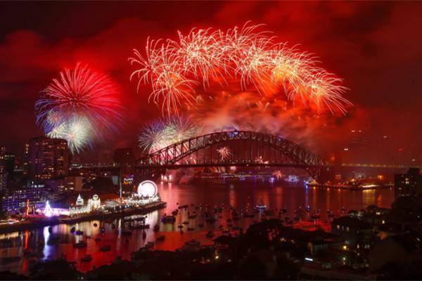 Màn bắn pháo hoa chào đón năm 2018 tại cầu cảng Sydney được trang twitter của thành phố này cập nhật.
