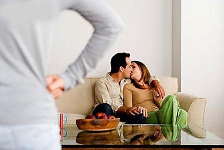 Bắt quả tang chồng 'ăn vụng' tại nhà, vợ tống cổ cô bồ trẻ không mặc gì ra đường