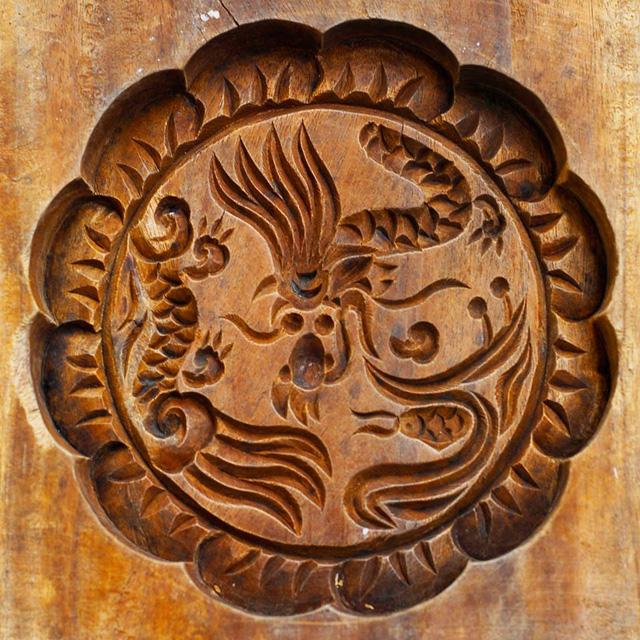 Khuôn gỗ hình cá chép và hình rồng phượng này đã có tuổi đời gần nửa thế kỷ