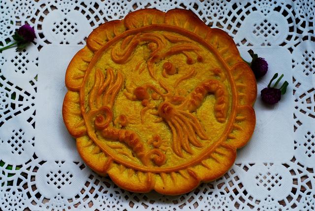Bánh hình rồng phượng nặng 450gr này rất khó làm vì thành bánh thấp, đường kính lớn, bánh dễ bị vỡ, lộ nhân
