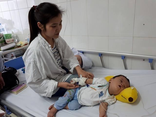 Chị Thanh lo lắng về chi phí tới đây khi con phải phẫu thuật tiếp để tách ngón tay, chân mà chưa vay được tiền. Ảnh PT