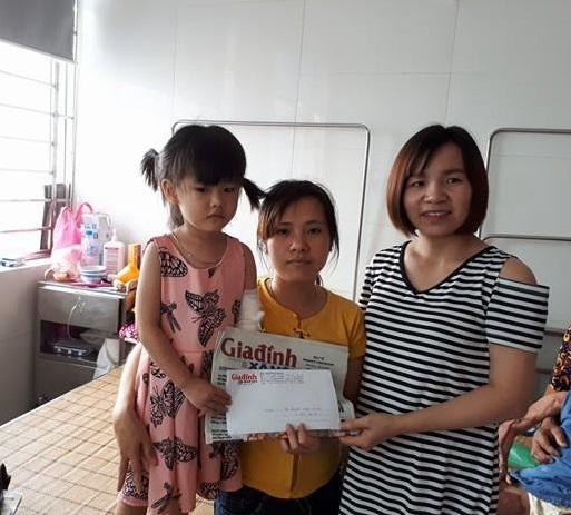 Phương Thuận – đại diện chuyên mục Vòng tay nhân ái trực tiếp tới Viện Bỏng quốc gia trao số tiền đợt 2 cho mẹ con bé Trang