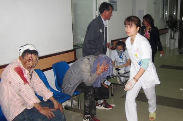 Các nạn nhân vụ tại nạn được đưa vào cấp cứu tại Bệnh viện Đa khoa huyện Sóc Sơn. Ảnh: Ngân Hà