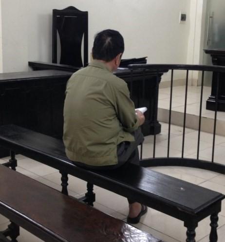 Bị cáo Trịnh Quang Thành trước vành móng ngựa. Ảnh: T.Hà