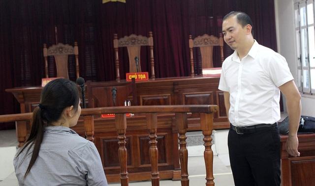 Bị cáo Nguyễn Thị Hải cùng luật sư Trương Anh Tú tại tòa. Ảnh: TL