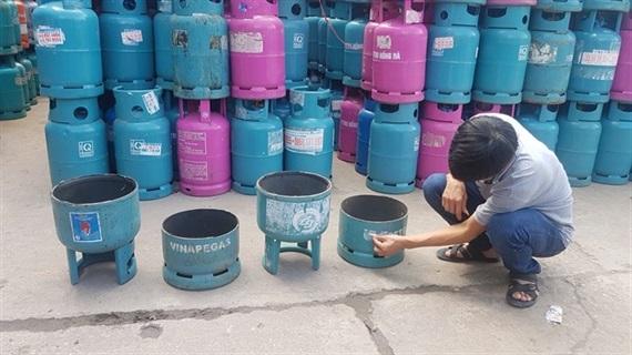 Cắt ngẫu nhiên một vỏ bình gas cho thấy nó đã được phù phép, thay tên, đổi họ. (ảnh: HC)