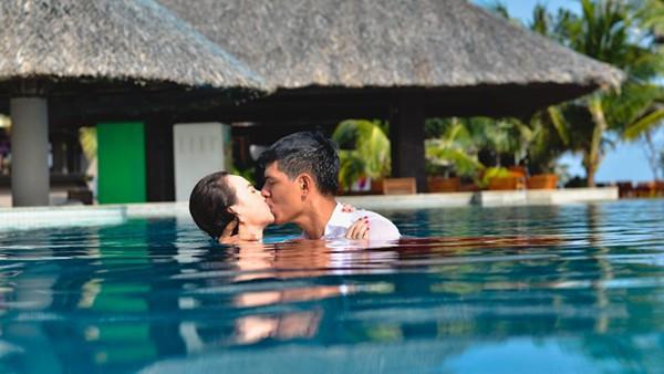 Nụ hôn ngập trong nước với Đinh Ngọc Diệp trong phim Tết Lộc phát.