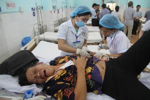 Nhiều hành khách đang được cấp cứu tại Bệnh viện đa khoa Gia Lai. Ảnh: Trần Hiếu