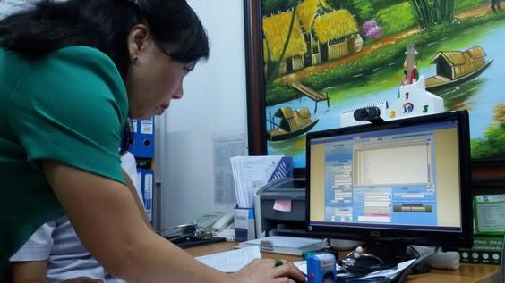 Bộ trưởng Kim Tiến trực tiếp kiểm tra bệnh án điện tử bác sĩ gia đình. Ảnh: Dân trí