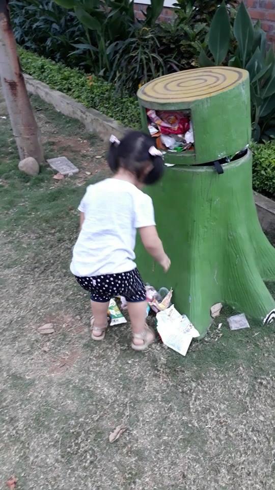 Hành động đẹp của bé 3 tuổi khiến người lớn giật mình