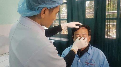 Bác sĩ Nghĩa được chăm sóc sau khi bị hành hung.