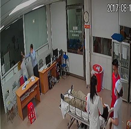 Người đàn ông dùng tay đánh liên tiếp vào đầu bác sĩ Minh. ẢNH: Cắt từ clip.