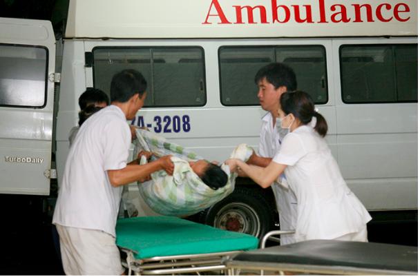 Vận chuyển bệnh nhân cấp cứu tại Bệnh viện Đa khoa tỉnh Điện Biên. Ảnh: TL