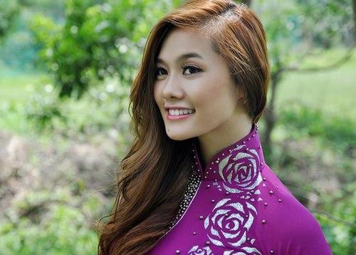 Năm 2011, Linh Chi tham dự cuộc thi Miss Ngôi sao và đạt giải Á khôi. Thời điểm này, cô vẫn sở hữu nước da ngăm ngăm với gương mặt không quá nổi bật.