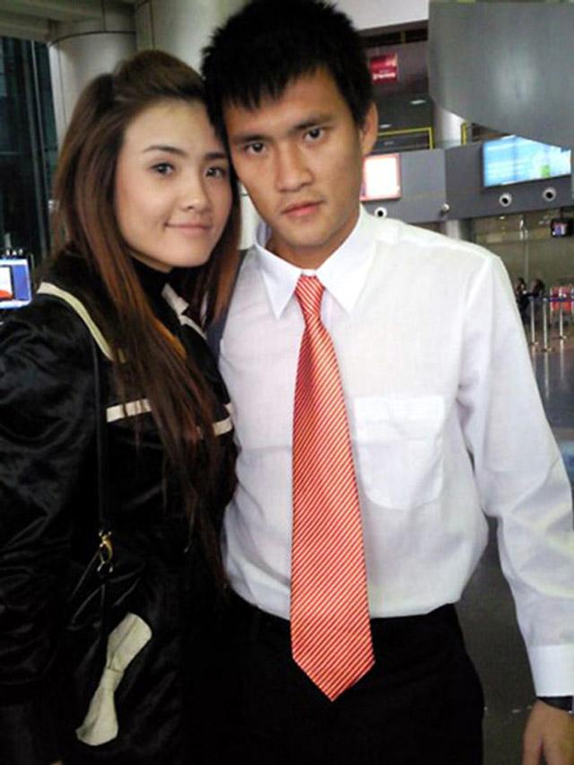Hình ảnh Khánh Chi xuất hiện với công chúng lần đầu tiên từ năm 2007 khi Công Vinh bỏ tiền ra đưa mẹ cùng em gái và người yêu khi đấy sang Thái Lan xem mình đá SEA Games.