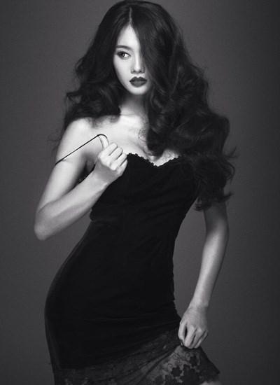 Sau khi đầu quân cho công ty Venus, Linh Chi dường như lột xác hoàn toàn. Phong cách thời trang của người đẹp đẳng cấp, sang trọng và gợi cảm hơn rất nhiều.