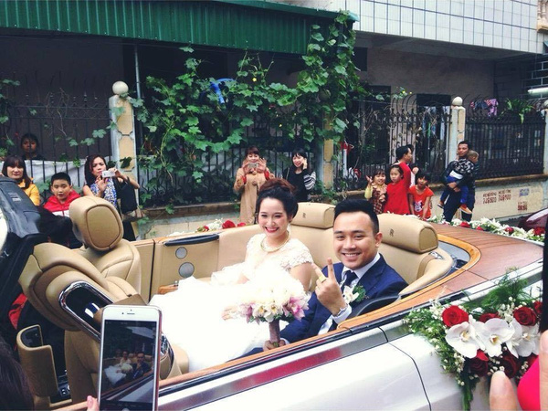 Cô dâu và chú rể ngồi trên siêu xe mui trần