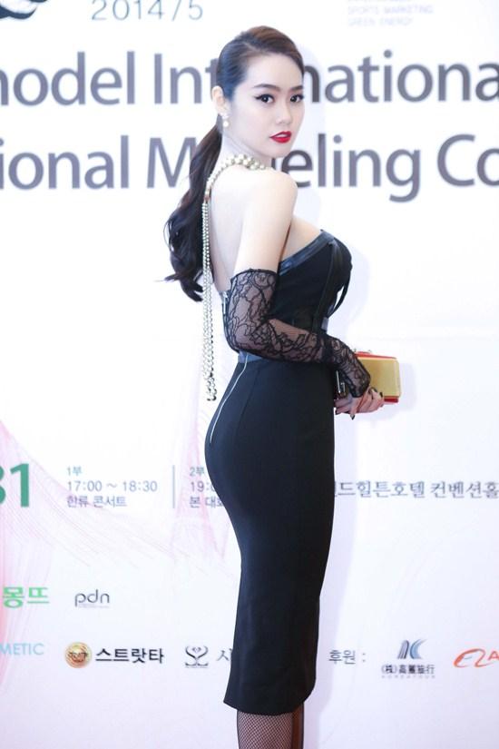 Không chỉ thay đổi về cách trang điểm, ăn mặc mà ngoại hình của Linh Chi cũng có nhiều điểm khác lạ. Nốt ruồi thương hiệu của Linh Chi đã biến mất, làn da ngăm đen cũng được tút thành trắng sứ, đặc biệt là vòng 1 ngoại cỡ.