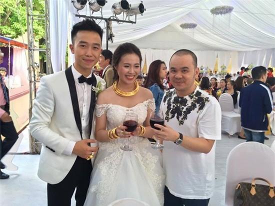 Cô dâu và chú rể đeo nhiều quà tặng bằng vàng trên người