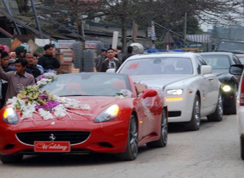 Dàn xe đón dâu khủng thu hút nhiều người hiếu kỳ của đám cưới con trai đại gia Liễu