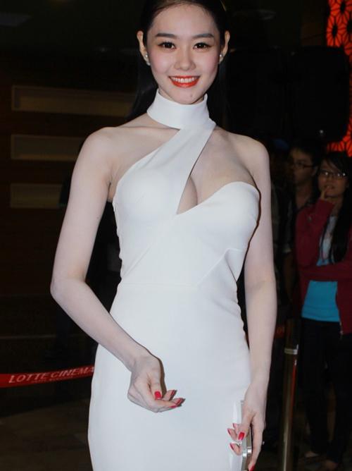 Vòng eo thon và đôi chân dài cũng là những lợi thế khác giúp Linh Chi mặc đẹp mọi lúc, mọi nơi.