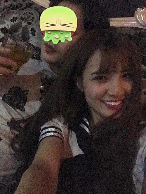Theo tiết lộ của bạn bè người phụ nữ này, Khánh Chi sang Singapore làm việc trong một quán bar mấy tháng nay. Tại đây, em gái Công Vinh quen và có quan hệ tình cảm với người đàn ông tên N.