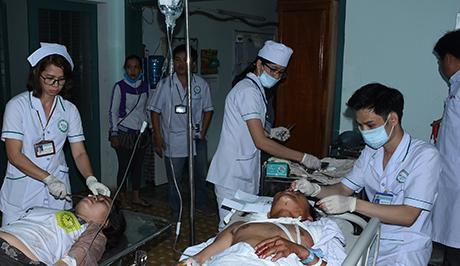 Các y bác sĩ đang tích cực cấp cứu cho các nạn nhân của vụ tai nạn tham khốc tại Bệnh viện đa khoa tỉnh Kon Tum. Ảnh: Báo Kon Tum