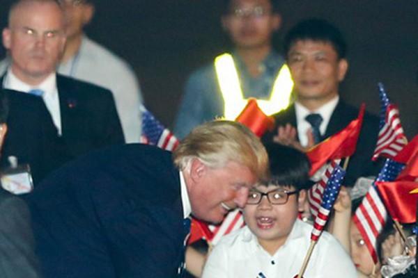 Tổng thống Donald Trump bất ngờ đi đến tặng hoa cho bé trai 11 tuổi.