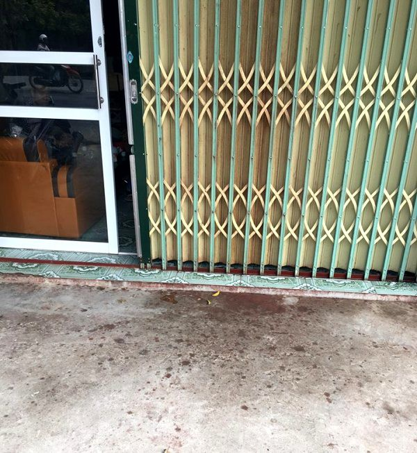 Khu vực trước cửa nhà nạn nhân loang nổ vết sơn lẫn mắm tôm. Ảnh: T.Đoàn