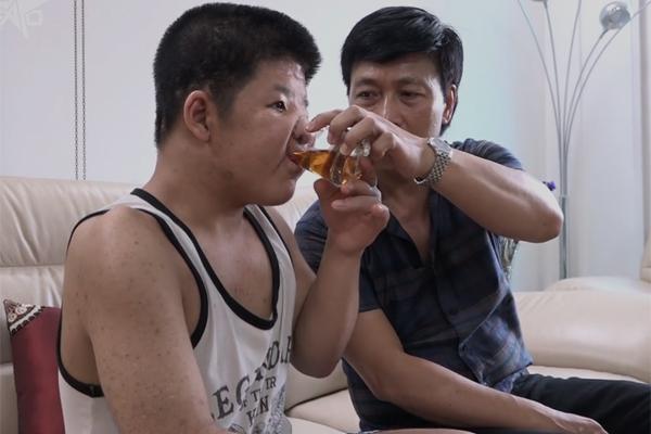 Hiện tại, mối bận tâm lớn nhất của diễn viên Quốc Tuấn là phẫu thuật thẩm mỹ gương mặt cho con. Ảnh cắt từ clip của ngoisao.net