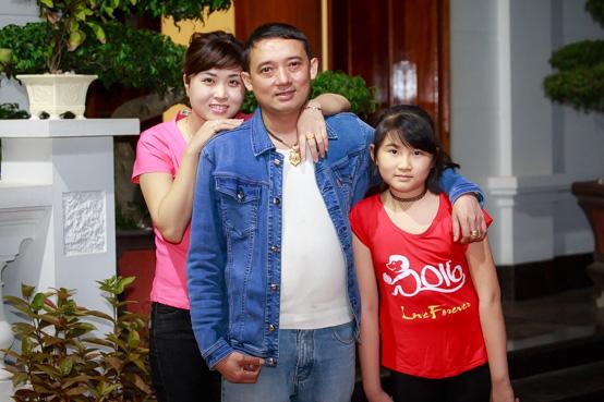 Khoảnh khắc hạnh phúc của Chiến Thắng bên vợ và con gái riêng