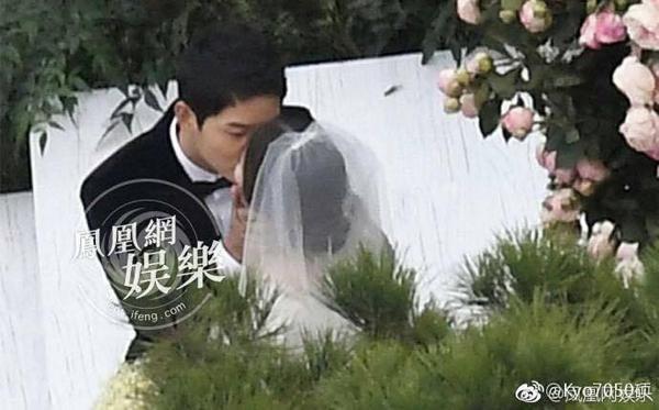 Khoảnh khắc đáng nhớ trong đám cưới của cặp đôi vàng làng giải trí Hàn Quốc.