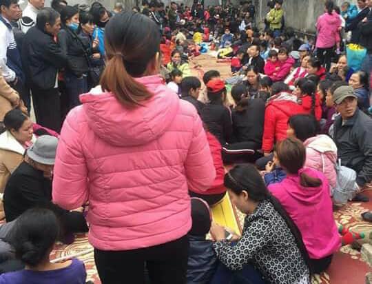 """Mỗi khi nghe tin """"công chúa thuốc lào"""" có mặt ở đâu, rất đông người dân từ khắp nơi lại kéo đến xin chữa bệnh."""