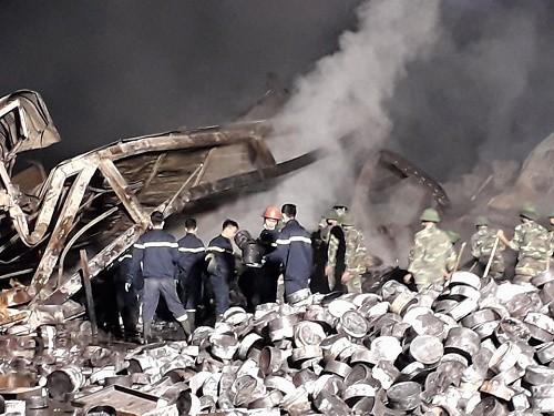 Lực lượng chức năng trắng đêm tìm kiếm các nạn nhân mất tích trong vụ cháy kinh hoàng