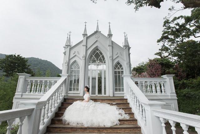 Trong vài tháng qua, câu chuyện đáng kinh ngạc của Chen đã được thu hút được rất nhiều hãng truyền thông. Những bức ảnh cưới một mình của cô đã được giới thiệu trên các trang của các tạp chí như Cosmopolitan và Brides, và cuối tuần trước, cô đã được xuất hiện trên hãng thông tấn BBC. Chen nói rằng bằng cách chia sẻ câu chuyện của mình, cô ấy hy vọng sẽ nâng cao nhận thức về ung thư vú, cùng với việc khuyến khích những người khác theo đuổi ước mơ của họ.