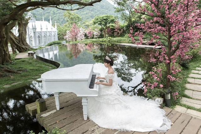 Khi chia sẻ với BBC, cô gái trẻ tâm sự: Tôi mong muốn có ai đó sẽ cùng tôi chụp bộ ảnh này nhưng cuối cùng tôi không chờ đợi được nữa, tôi một mình làm cô dâu.