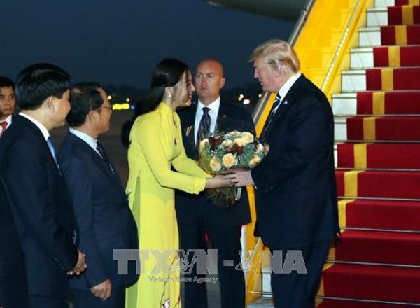 Đây là khoảnh khắc vinh dự của Phạm Ngọc Hà My khi tặng hoa cho Tổng thống Donald Trump vào chiều 11/11. Ảnh TTX/VN