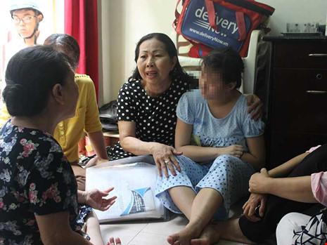 Hội Bảo vệ quyền trẻ em đến thăm gia đình bé gái khuyết tật 13 tuổi ở TP HCM bị xâm hại tình dục dẫn đến mang thai. Ảnh: L.H
