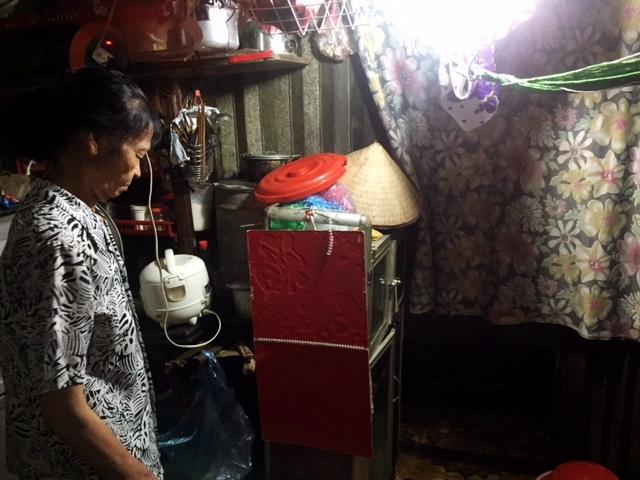 Nhà bà Nguyễn Thị Xâm trong ngõ 107 Hàng Bạc giống như một cái kho chứa đồ.