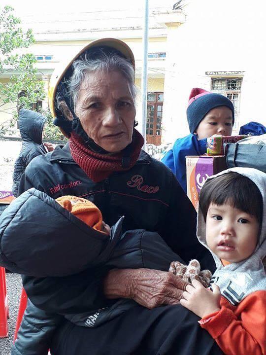 Mẹ già rốn lũ Hà Tĩnh chờ đến lượt khám bệnh.
