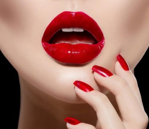 Các chuyên gia khuyến cáo, phụ nữ nên hạn chế dùng son môi màu đậm, khi đánh rồi không nên liếm môi, trước khi ăn cần lau sạch son. ảnh minh họa